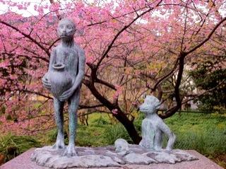 河津町栖足寺のかっぱ像と桜