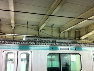JR北千住駅で架線切れ火花が